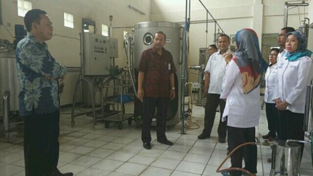 Kepala BBIA Kemenperin, Umar Habson beserta Kepala BPPI Kemenperin, Ngakan Timur Antara saat meninjau kesiapan Lab BBIA