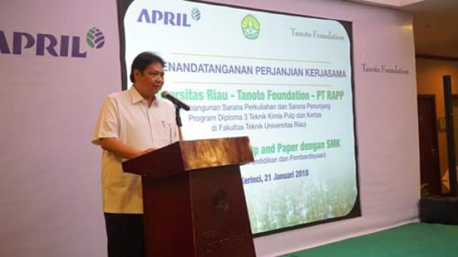Menperin Airlangga Hartarto dalam kunjungan kerjanya ke PT RAPP di Riau, Pekanbaru (Foto: Humas)