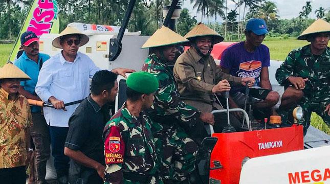 Gubernur Maluku Utara, KH Abdul Gani Kasuba, Ikut Turun Tangan Dengan Ikut Memanen Bersama Para Petani di Halmahera (Foto: Ist)