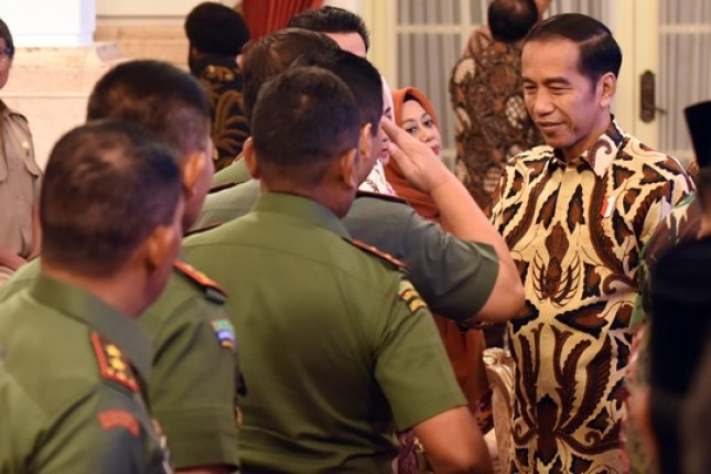 Presiden Jokowi menyalami peserta Rakornas Karhutla 2018 (Foto: Rahmat/Humas)