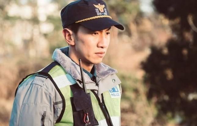 Aktor Lee Kwang Soo dalam drama terbarunya berjudul Live. (Source: Soompi)