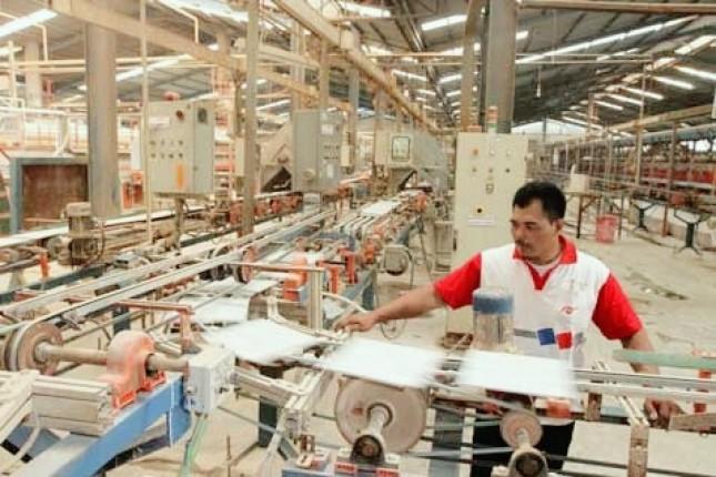 Pekerja di industri keramik (foto Bisnis.com)