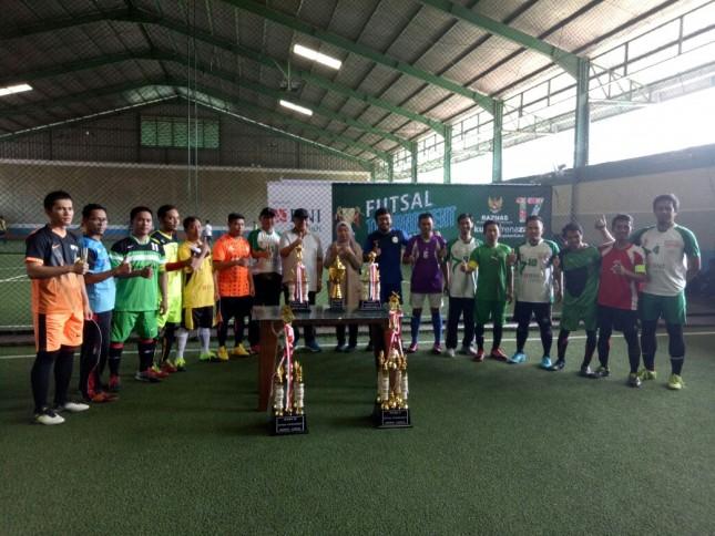 Wakil Ketua BAZNAS, Dr. Zainulbahar Noor, SE, M.Ec, melakukan tendangan pertama (kick off) menandai dimulainya pertandingan turnamen futsal bersama lembaga amil zakat (LAZ) nasional, di Grand Futsal Kuningan, Jakarta, Sabtu (24/2/2018). (Foto:Ist)