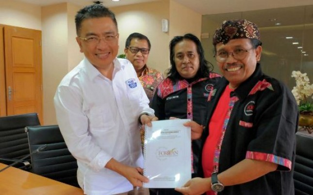 Dirut TVRI Helmy Yahya di dampingi Dir Program, Apni Jaya, menerima dokumen legalitas Forwan dari Sekum Forwan Eddy Karsito, didampingi ketum Forwan, Sutrisno Buyil.