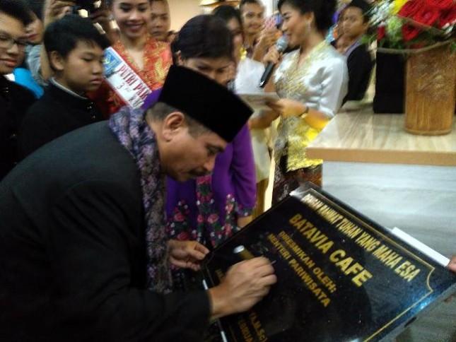 Menteri Pariwisata Arief Yahya meresmikan Batavia Cafe untuk mendorong hadirnya wisata kuliner unggulan
