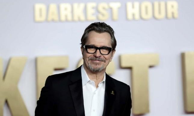 Gary Oldman memenangkan piala Oscars 2018 dalam kategori Aktor Terbaik dalam perannya sebagai Winston Churchill film 'Darkest Hour'. (Source: The Guardian)