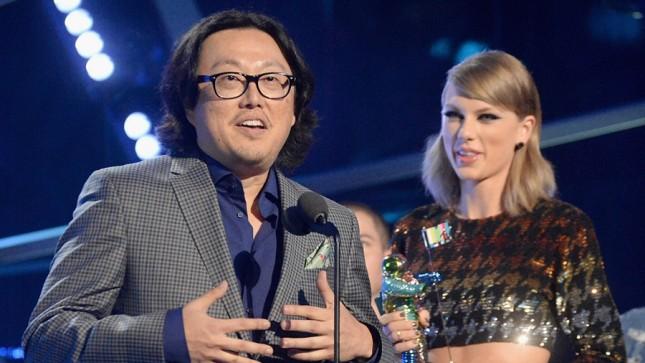 Sutradara Joseph Kahn dan penyanyi Taylor Swift saat memenangkan sebuah penghargaan. (Source: Etaonline)