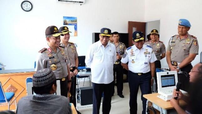 Menteri Perhubungan Budi Karya Sumadi bersama Kapolri Tito Karnavian meninjau pembuatan SIM A Umum di Polresta Yoyakarta, Minggu (11/3/2018)