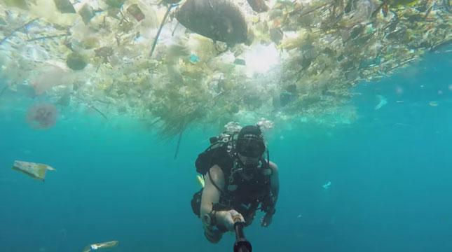 Rich Horner WIsatawan Asal Inggris di Manta Point, Nusa Penida, Bali (Foto: ibtimes.co.in)