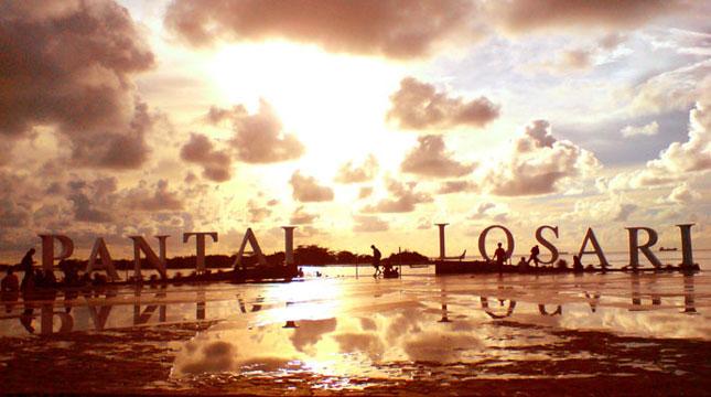 Pantai Losari di Jalan Penghibur, Makassar (Foto: anekatempatwisata.com)