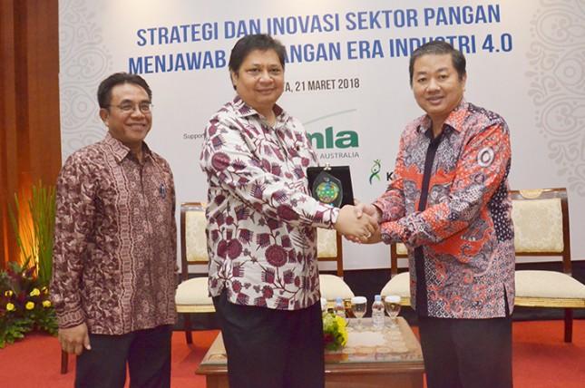 Menteri Perindustrian Airlangga Hartarto bersama Dirjen Industri Agro Panggah Susanto dan Ketua Gapmmi Adhi Lukman
