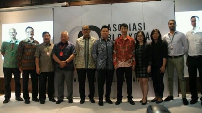 Ketua Umum Kadin Rosan P. Roeslani bersama Ketua Asosiasi Blockchain Indonesia Oscar Darmawan saat meresmikan berdirinya Asosiasi Blockchain Indonesia (Foto: Ridwan/Industry.co.id)
