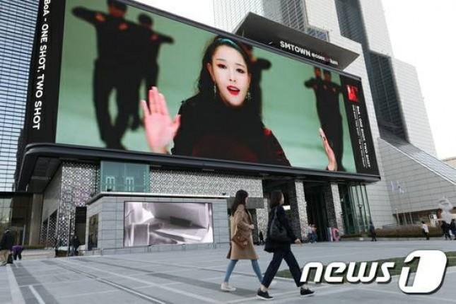 Billboard besar yang akan dipasang di SM Town, bekerjasama dengan Samsung. (Foto: News1)