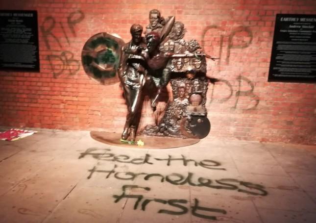 Patung musisi David Bowie yang dirusak. (Foto: Metro UK)