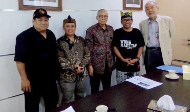 Prof. Dr. Ing. Wardiman Djojonegoro (tengah) bersama penggiat dan pengembang Cerita Panji
