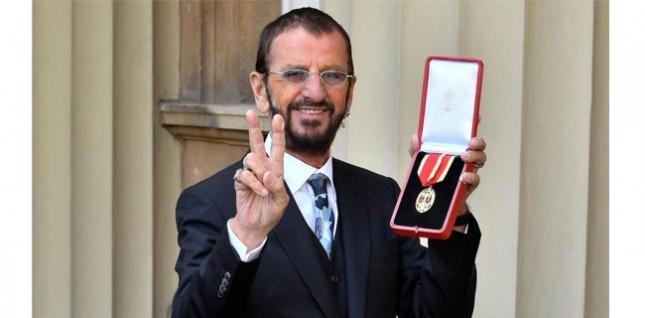 Mantan drummer The Beatles, Ringo Starr saat mendapat gelar kebangsawanan di Istana Buckingham. (Foto: BBC News)