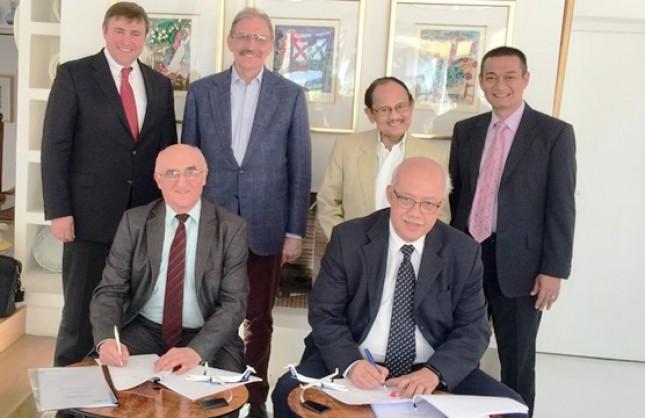 Agung Nugroho, Direktur Utama PT Regio Aviasi Industri (PT RAI) dan Mr. Myroslav Krekota, CEO dari TUCANA Engineering Ukraine, menandatangani Framework Agreement pengembangan Pesawat R80