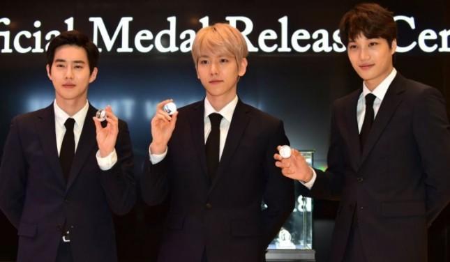 Suho, Baekhyun dan Kai EXO saat menerima medali EXO yang diberikan oleh Pemerintah Korea Selatan. (Foto: Soompi)