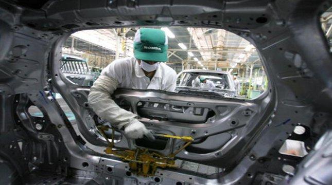Ilustrasi buruh perakitan mobil di Karawang. (Dimas Ardian/Bloomberg)