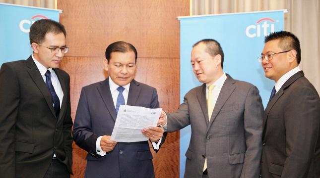 Chief Executive Officer Citibank N.A Indonesia Batara Sianturi dua dari kiri.