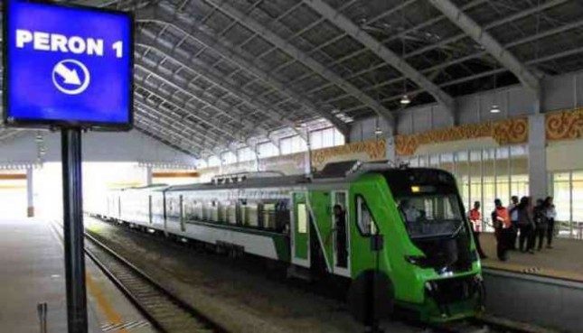 Presiden Joko Widodo meresmikan pengoperasian Kereta Api Bandara Minangkabau Ekspress pada Senin (21/5).