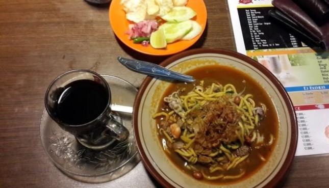 Kuliner khas Banda Aceh, mi dan kopi Aceh. (Foto: BeritaAceh)