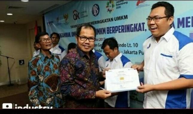 Stephen lesmana salah satu UMKM binaan Perum Jamkrindo paling kanan.