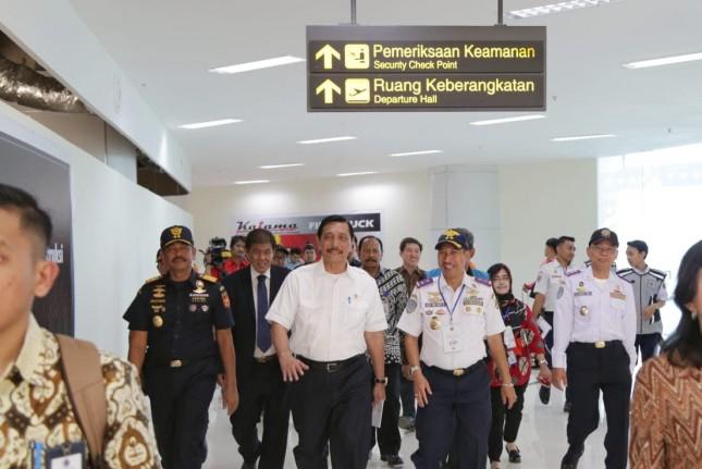 Menteri Koordinasi Bidang Kemaritiman Luhut Binsar Pandjaitan saat melihat Bandara Kertajati