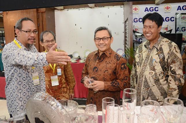 Dirjen IKTA Kemenperin Achmad Sigit Dwiwahjono bersama Ketua Asosiasi Kaca Lembaran dan Pengaman Yustinus Gunawan dalam acara Pameran Produk Industri Bahan Galian Nonlogam di Plasa Industri Kemenperin