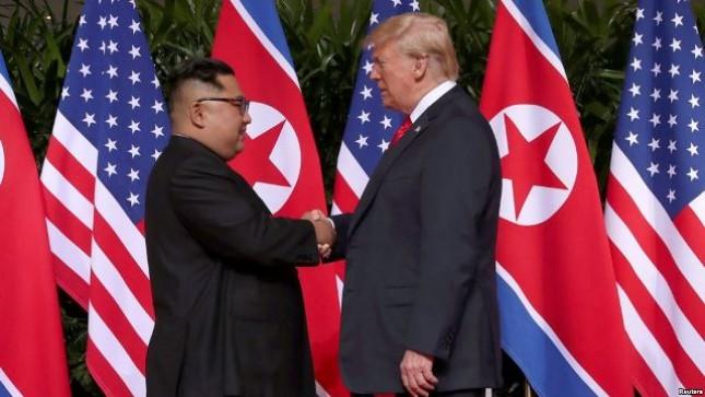 Presiden AS Donald Trump dan pemimpin Korea Utara Kim Jong-un di Singapura (Foto VoaNews)