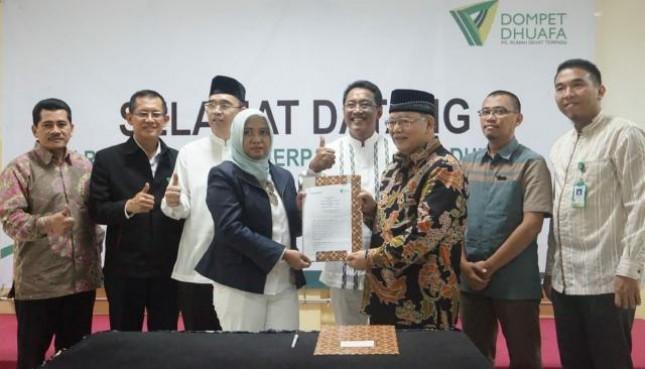 Wakil Gubernur DKI Jakarta Sandiaga S Uno menyerahkan dana wakaf kepada Dompet Dhuafa senilai Rp 1 miliar yang akan digunakan sebagai modal pengembangan UMKM.