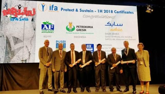 Dirut PG, Nugroho Christijanto (no.4 dari kiri) saat menerima IFA PROTECT & SUSTAIN AWARD di Berlin. Foto : (DOK: Petrokimia Gresik)