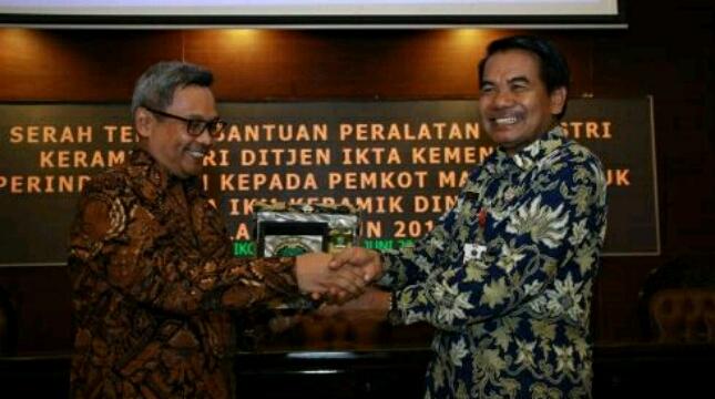Kementerian Perindustrian Berikan Bantuan Mesin Produksi Keramik Untuk Sentra Industri Keramik Dinoyo (bj)
