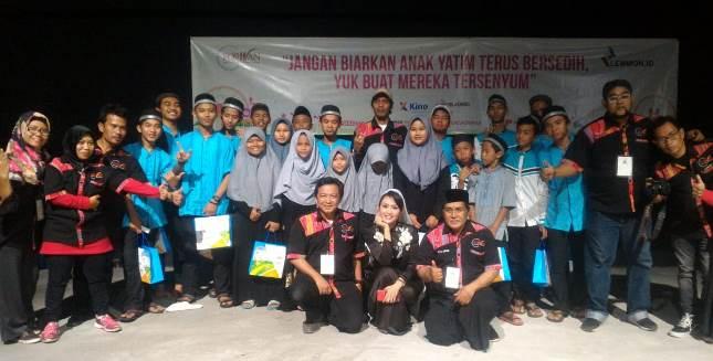 Ratna Listy (tengah) bersama pengurus Forwan dan anak-anak Yatim Piatu dalam acara HUT ke 4 Forwan