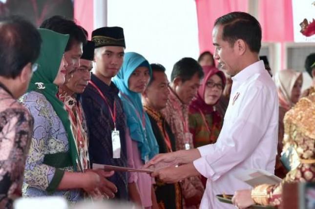 Presiden Jokowi seerahkan sertifikat tanah (Foto Setkab)