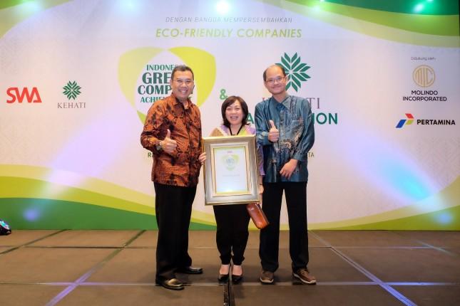 Sustainable Development Manager Holcim Indonesia Oepoyo Prakoso mewakili PT Holcim Indonesia saat menerima penghargaan Indonesia Green Companies Awards (Foto: Dok. Holcim Indonesia)