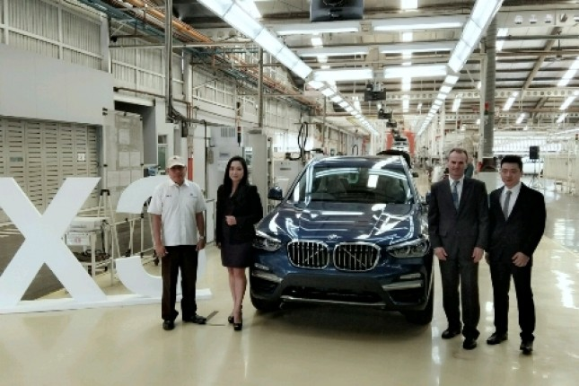 Vice President of Corporate Communications BMW Group Indonesia Jodie O'tania bersama Presiden Direktur PT Gaya Motor Ary Mariano (Foto: Ridwan/Industry.co.id)