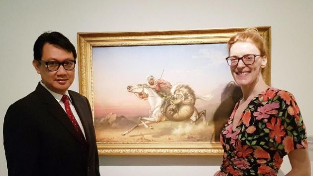 Dubes RI untuk Jerman Arif Havas Oegroseno bersama kurator Anna Katarina Gebers di Pameran Lukisan 'Hello World' Museum of Contemporary Art, dengan latar belakang lukisan Raden Saleh. (Foto: Dok. KBRI Berlin)
