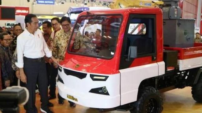 Presiden Joko Widodo bersama Menteri Perindustrian Airlangga Hartarto saat melihat AMMdes di GIIAS 2018 (Foto: Dok. Liputan6)