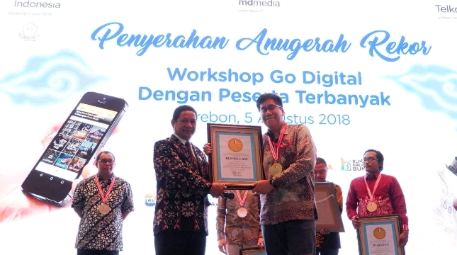 Head of Marketing BLANJA. com, Faiz Fashridjal saat menerima penghargaan dari Paulus Pangka selaku pendiri LEPRID (Foto: Dok. BLANJA.com)