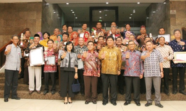 Menteri Perindustrian Airlangga Hartarto saat berfoto bersama penerima penghargaan Kemenperin (Foto: Dok. Industry.co id)