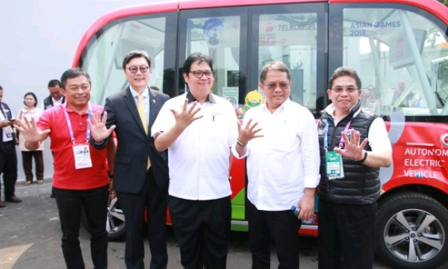 Direktur Utama Telkomsel, Ririek Adriansyah bersama Menteri Perindustrian Airlangga Hartarto dan Menkominfo Rudiantara saat meresmikan Telkomsel 5G Experience Center di Jakarta (Foto: Dok. Industry.co.id)