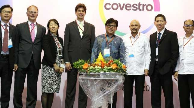 Managing Director PT Covestro Polymers Lars Kesternich, Kepala BPPT Unggul Priyanto meresmikan Technical Center Covestro.