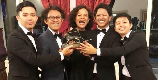 Aditya, bersama sang Mira Lesmana dan Riri Riza bahagia dengan Piala Film Pendek terbaik