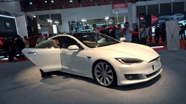 Foto Ilustrasi Mobil Listrik Pabrikan Tesla