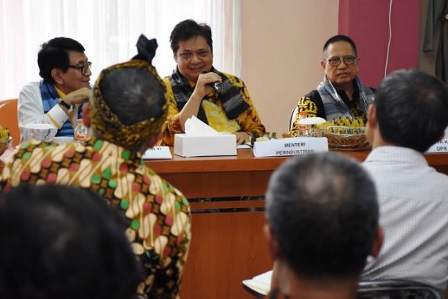 Menteri Perindustrian Airlangga Hartarto saat melakukan kunjungan kerja ke Unit Pengembangan Industri Pertekstilan (UPT) Majalaya, Bandung (Foto: Dok. Kemenperin)