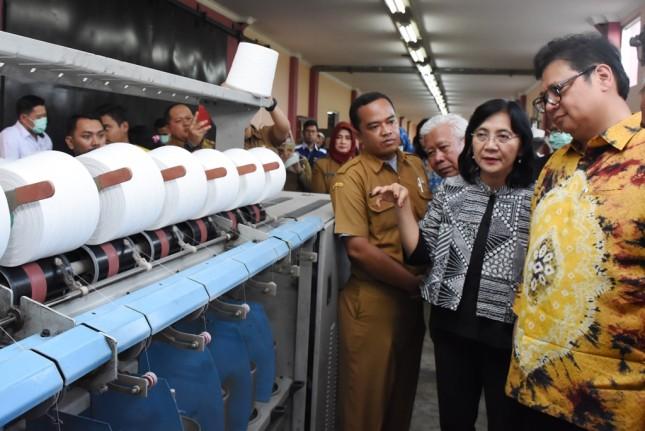Menteri Perindustrian Airlangga Hartarto bersama Dirjen IKM Kemenperin Gati Wibawaningsih ketika mengunjungi UPT Tekstil di Kabupaten Majalaya, Bandung, Jawa Barat (Foto: Dok. Kemenperin)