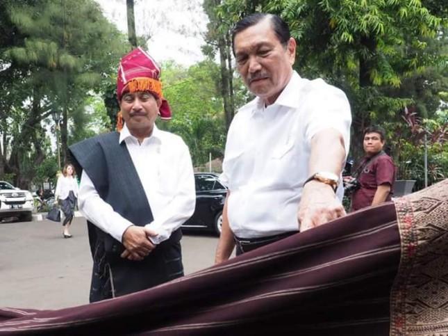 Menteri Pariwisata Arief Yahya bersama Menko Bidang Kemaritiman Luhut Binsar Pandjaitan saat membuka pameran Ulos Hangoluan (Foto: Dok. Kemenpar)