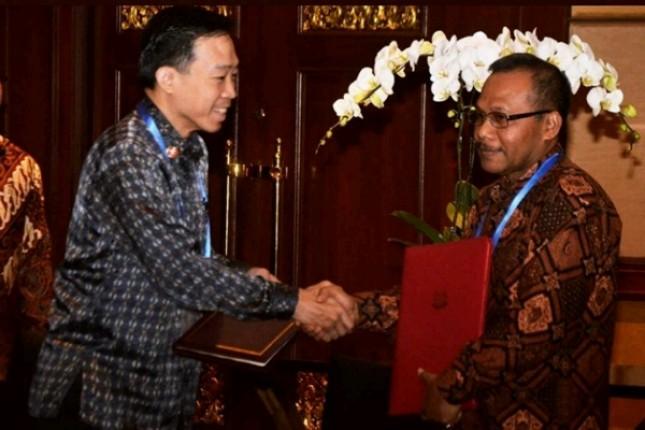 Kepala BPPI Kemenperin RI Ngakan Timur Antara bersama CEO Enterprise Singapore, Png Cheong Boon seusai menandatangani MoU Implementasi Industri 4.0 (Foto: Kemenperin)