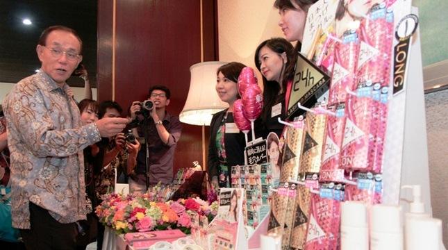 Duta besar Jepang untuk Indonesia Tanazaki memperkenalkan kosmetik Jepang pada Japan Beaty Week. (Amazon Dalimunthe/INDUSTRY.co.id)